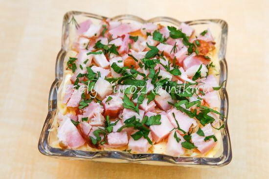 салат с консервированной фасолью, грибами и ветчиной