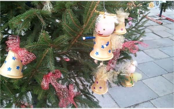 украшение елки на улице